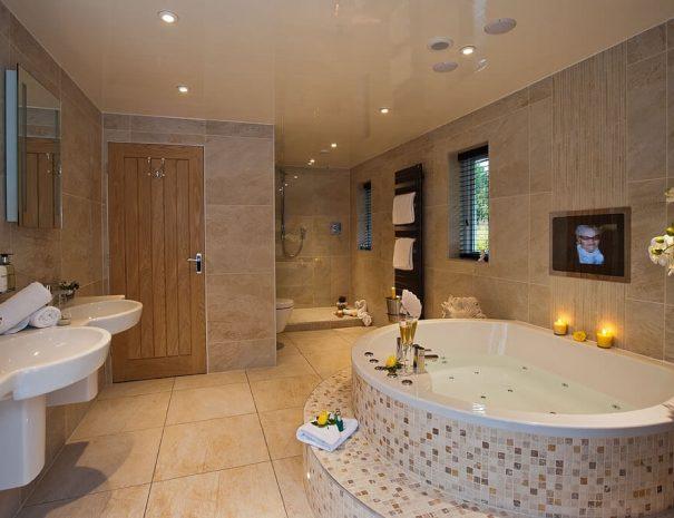 acacia-room-outdoor-hot-tub-10