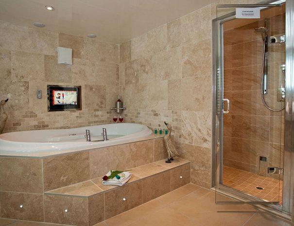aphrodites-log-cabin-and-hot-tub-3