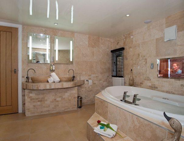 aphrodites-log-cabin-and-hot-tub-4