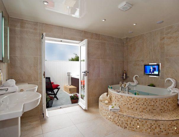 iris-suite-hot-tub-2
