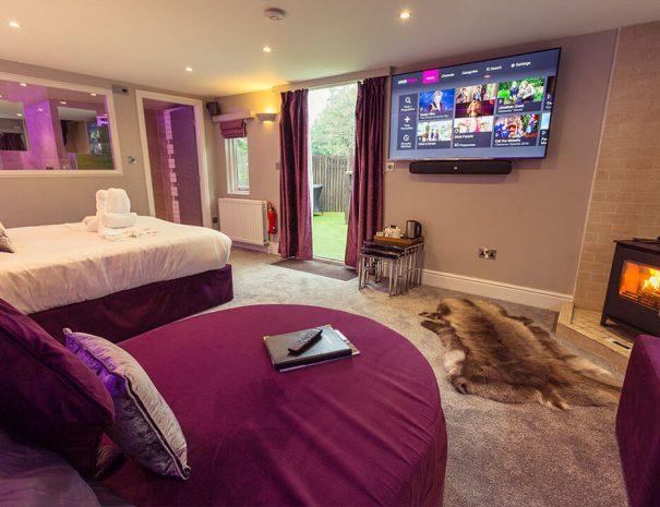 love-shack-cabin-hot-tub-room-new-14
